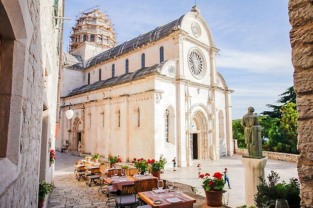 Restavracija Pelegrini je korak od šibeniške katedrale.