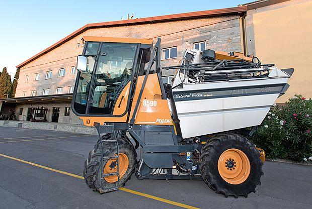 V Vinakoprovi floti je od začetka tedna še tretji obiralni stroj, s katerim olajšajo in optimizirajo delo v vinogradih.      jaka jeraša