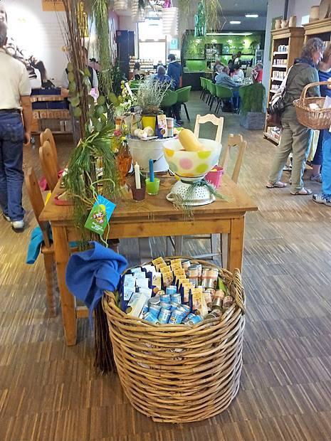 Več kot 700 Sonnentorjevih izdelkov je na enem mestu zbranih le v njihovi trgovini