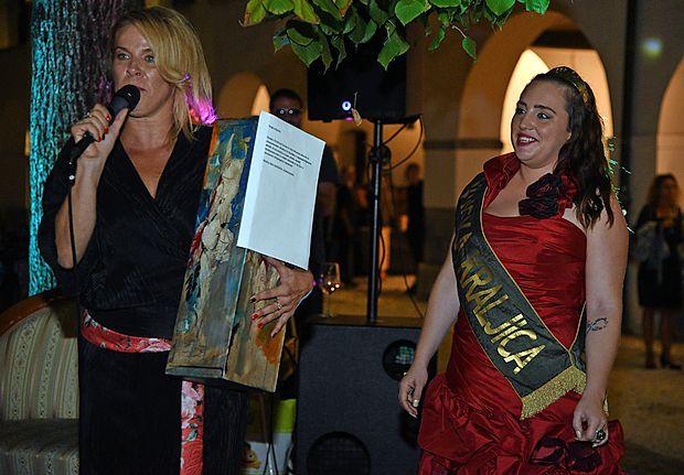 Uradni del na Brikah v mestu sta izpeljali organizatorka Petra  Rutar (levo) in Istrska vinska kraljica Nika Breznikar.