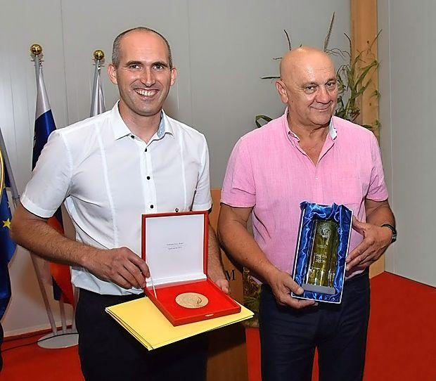 Z naslovom Vinar leta sta bila vidno zadovoljna glavni enolog  Vinakopra Boštjan Zidar (levo) in v.d. direktorja Robert Fakin.