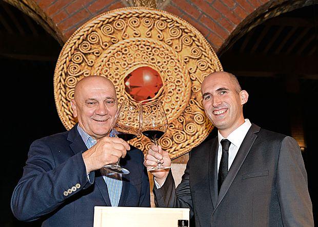 Letošnji rubin, cabernet sauvignonom 2013 z Debelega rtiča,  sta predstavila v. d. predsednika uprave Vinakopra Robert  Fakin (levo) in glavni enolog Boštjan Zidar.