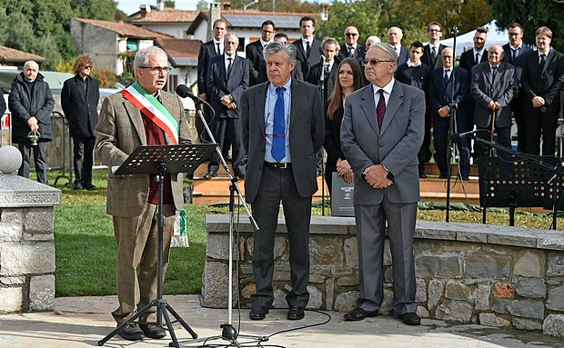 Naziv osebnost Primorske za mesec oktober sta si prislužila  Vasja Klavora (desno) in Igor Komel (v sredini), pobudnika  postavitve spomenika slovenskim vojakom, padlim na  soškem bojišču v letih 1915 in 1917 v Doberdobu.