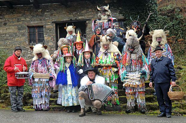Skupinam v tradicionalnih maskah, ki   na podeželju ohranjajo  običaj pustovanja od vrat do vrat, se je lani po daljšem  premoru pridružila tista z Liga.