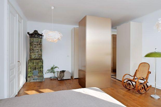Z razporeditvijo ogledal in francoskim oknom je majhna  kopalnica postala velika.
