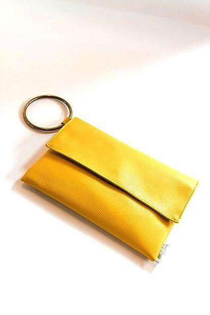 Torbica v obliki pisma je lahko tudi v živo rumeni barvi.