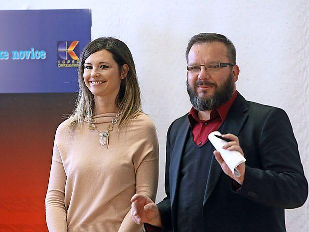 Dogajanje na odru bosta skupaj povezovala Karin Sabadin in  Marko Strle