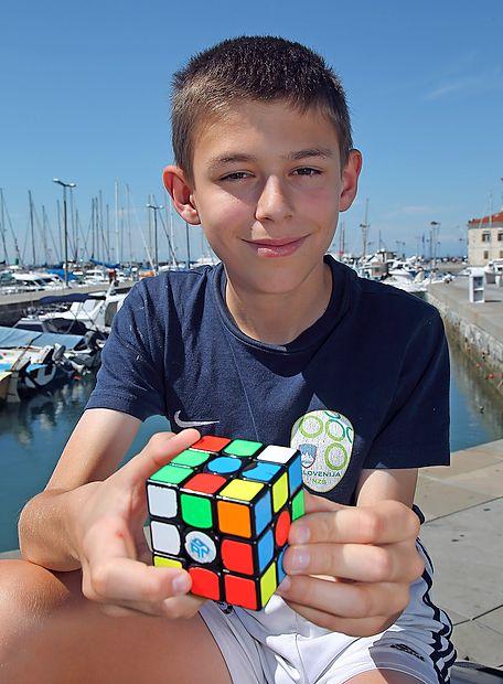 Enajstletni Calven se nikoli ne loči od svoje Rubikove kocke.