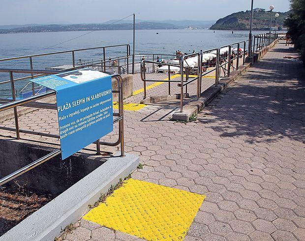 Plažo slepih v Izoli so lani opremili z rumenimi taktilnimi  oznakami, ki so slepim in slabovidnim v veliko pomoč.  zdravko primožič/fpa