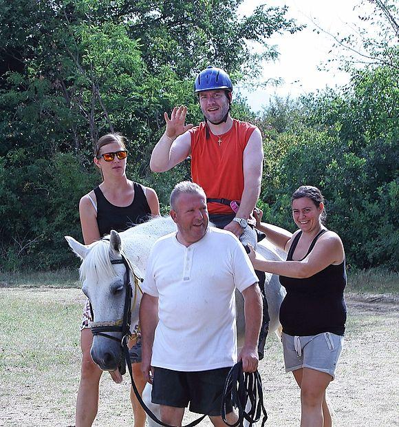 Lojze Bovhan rad sede na konja.