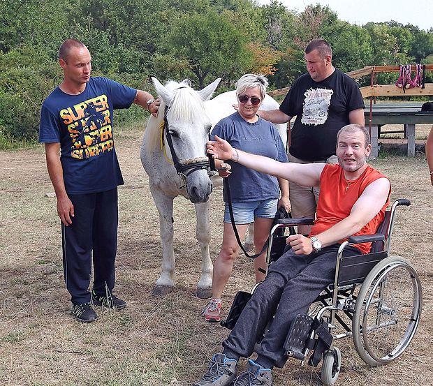 Blaž Volk (levo), Sašo Kitič (v ozadju) in    Lojze Bovhan vsako leto prihajajo na letovanje v center Sonček v Elerje.  Še posebej radi obiščejo konje. zdravko primožič/fpa