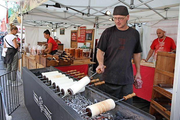 Kuharski mojstri pred očmi obiskovalcev pripravljajo svoje  specialitete.