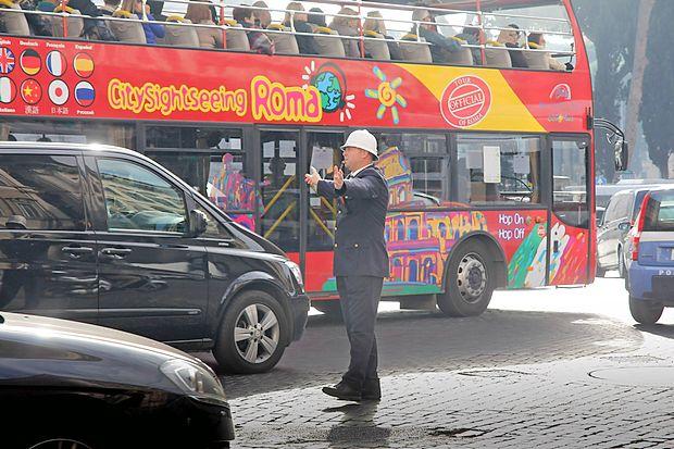Znamenitost je tudi policist, ki ureja promet v središču  Rima.