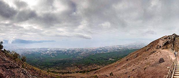 Pogled z Vezuva na Neapeljski zaliv