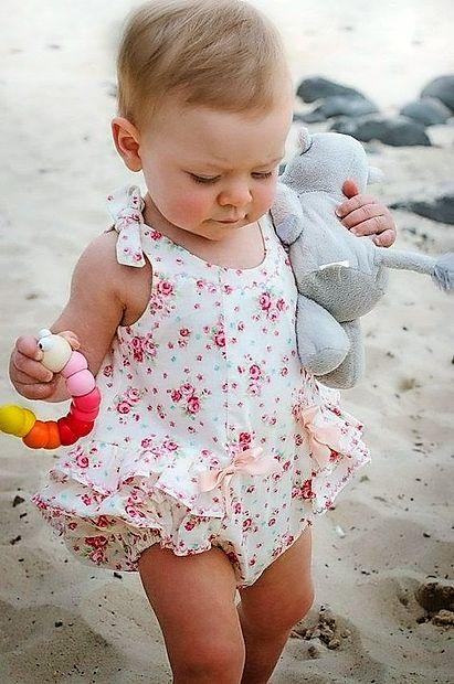 Otroci imajo tudi na plaži radi svoje igračke.