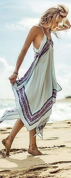 Dolga krila iz lahkih materialov so prijetna za nošenje tudi  na plaži.