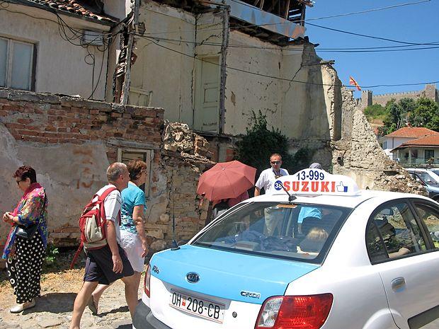 Bejrut? Ne, Ohrid! Le lučaj stran od urejenih ulic se skriva  beda makedonskega bisera.