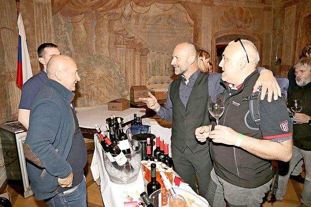 Matjaž Lemut iz Hiše pinotov Tilia v družbi slavonskih  vinarjev.