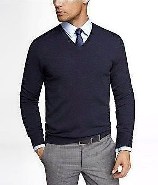 Urejen moški posega po finih puloverjih iz kašmirja.