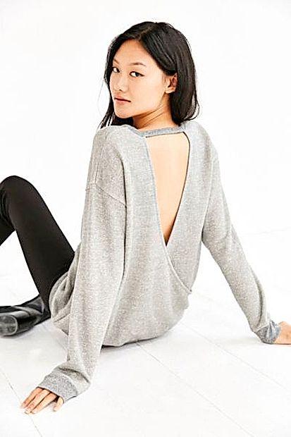 Daljši puloverji z globokim izrezom na hrbtu so super  kombinacija k usnjenim hlačam.