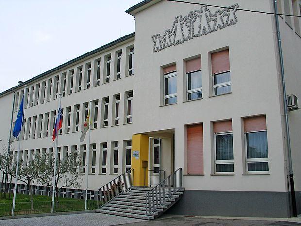 Osnovna šola Dobrovo danes, ko je tudi pol stoletja stara  stavba tudi od zunaj prenovljena.