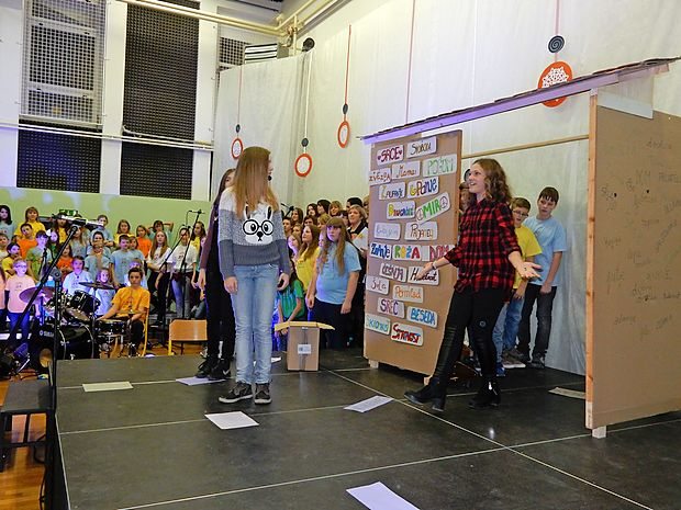 Ob praznovanju jubileja so učenci na odru zgradili hišo znanja, takšno iz besed, tistih, ki pravo mesto najdejo.