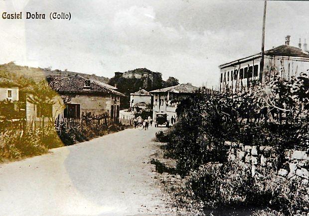 Tako je bilo videti Dobrovo nekoč, preden so v njem zgradili  novo šolo. Če bi posnetek z istega mesta naredili danes, bi  bila desno nova šola.