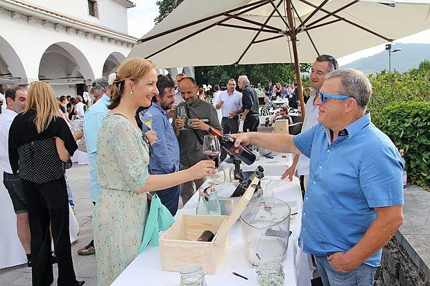 Med izbranimi briškimi vinarji, ki so svetovnemu someljejskemu prvaku predstavili svoja vina,  je bil tudi  Stojan Ščurek  (desno).