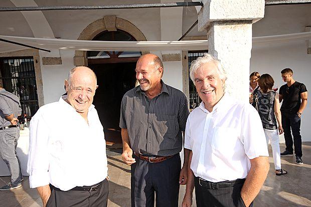 Bassovim besedam so z zanimanjem prisluhnili tudi (z leve):  enolog dr. Miran Vodopivec, tržnik v vinski kleti Goriška Brda  Davorin Rejec in vinar iz Dutovelj Boris Lisjak.
