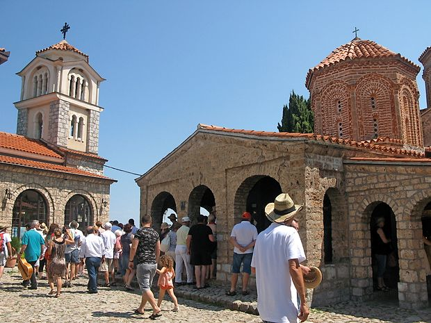 Pred cerkvijo sv. Nauma je vedno živahno.