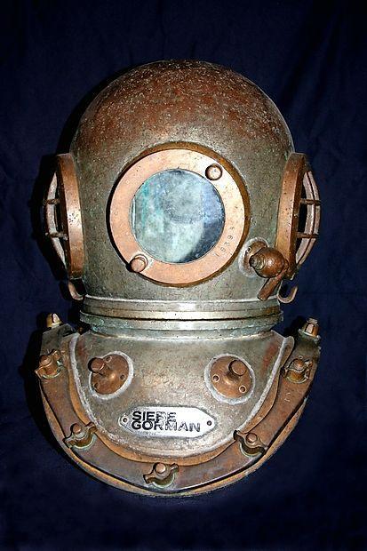 Čelada Seibe Gorman, ki so jo uporabljali v podjetju Gradis  vse do 80. let prejšnjega stoletja.