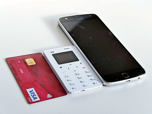 """Telefon X6 v velikosti kreditne kartice ob  večjem, 5,5 palčnem  """"bratu""""."""