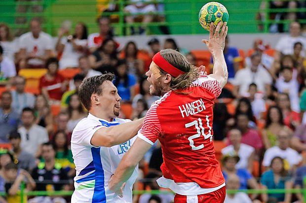 Mikkel Hansen (z žogo) je Sloveniji v četrtfinalu natresel osem  golov.