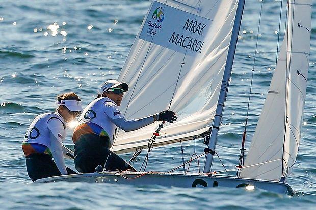 Tina Mrak in Veronika Macarol sta  v zadnji regati razreda 470  suvereno zmagali in olimpijske igre končali na šestem  mestu.