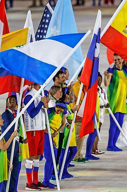 Na zaključni slovesnosti iger v Riu je slovensko zastavo nosila  primorska gorska kolesarka Tanja Žakelj.
