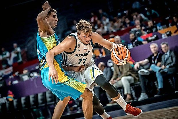 Rdeče športne copate Luke Dončića so na dražbi prodali za  30.000 evrov, z izkupičkom bodo podprli tri  nadarjene mlade  košarkarje.