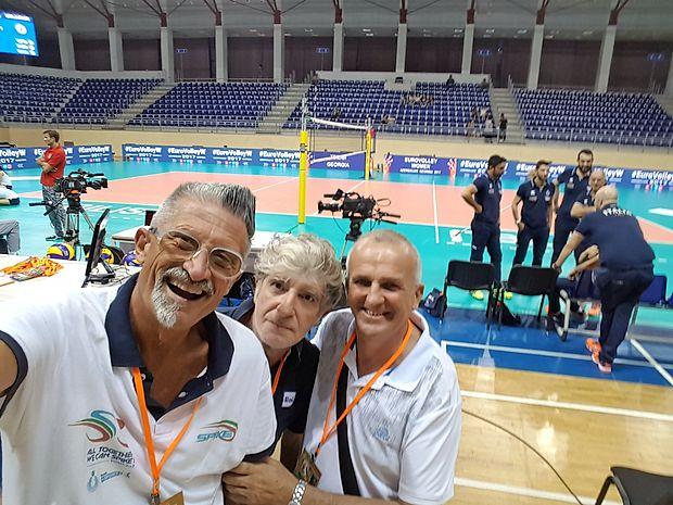 Strokovni in novinarski komentator na RAI Sport   Andrea  Luchetta in  Maurizio Colantoni ter primorski trener Zoran  Jerončič na prizorišču EP.