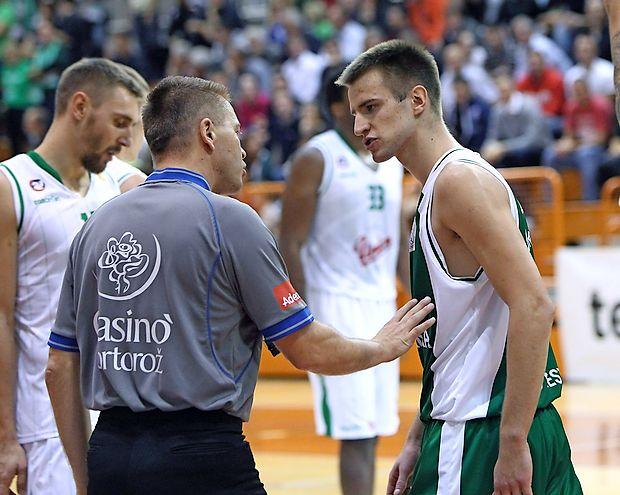 """Običajen prizor s košarkarskih igrišč (Matej Rojc v """"prisrčnem"""" pogovoru z enim  najboljših sodnikov Damirjem Javorjem). Zdaj igrišča  samevajo."""
