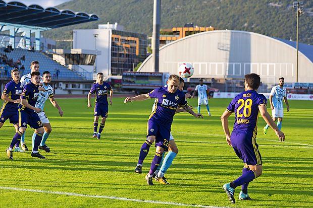 Nogometaši Maribora (v vijoličastih dresih) bodo tekmovalno  zahtevno  jesen odprli danes v Velenju.