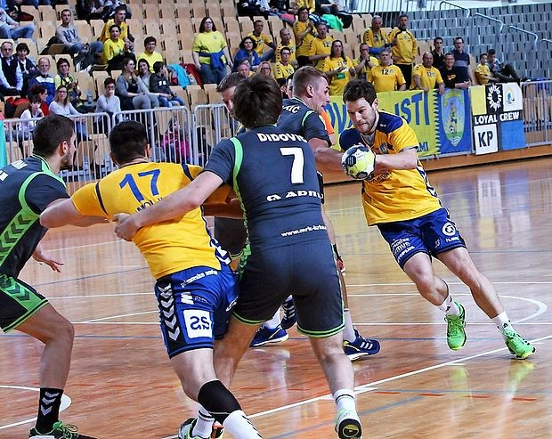 Žiga Smolnik (z žogo) je bil proti Dolenjcem spet gonilna sila  koprske ekipe, dosegel je tudi šest golov.