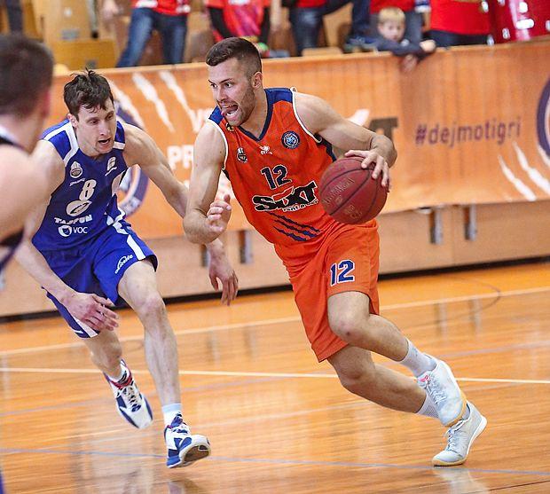 Nejc Zupan (z žogo) je v Beogradu dosegel 14 točk in  prispeval tudi zadnjo trojko na tekmi.