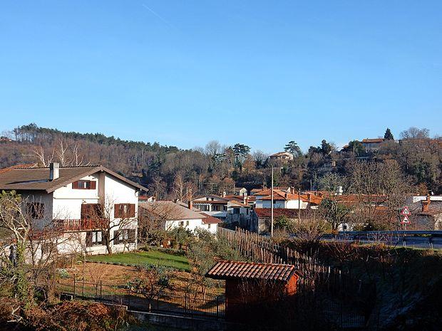 Po številnih vlomih v Tomaju, Štanjelu, Kobdilju (na fotografiji)  in drugih vaseh v oktobru in novembru so postali krajani bolj  pozorni na sumljive ljudi okrog svojih hiš.