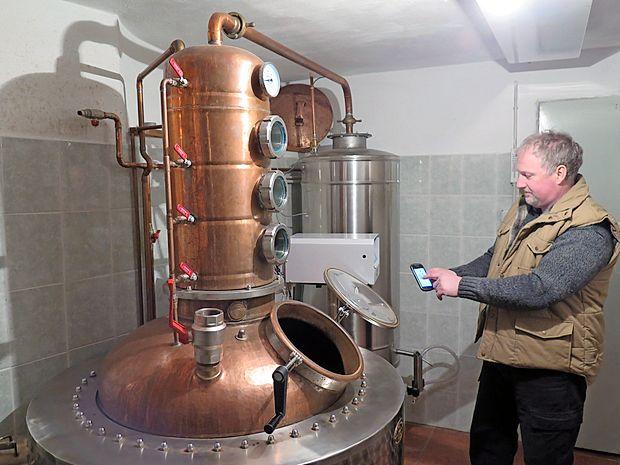 """Ivo Šuc iz Pliskovice je eden redkih pridelovalcev likerjev na Krasu, ki je svoj zeliščni liker  registriral tudi kot blagovno  znamko, kuhanje žganja pa posodobil tako, da  kotel """"prižiga"""" kar  z mobitelom."""