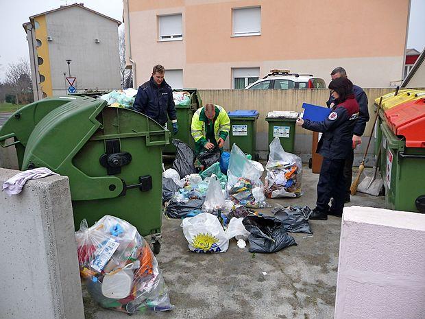 Pred dvema letoma so redarji v sodelovanju s Komunalno  stanovanjskim podjetjem Sežana takole nadzirali ločevanje  odpadkov na Lenivcu v Sežani.