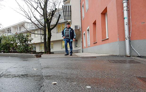 Tudi v Levstikovi ulici, tik ob sežanskem zdravstvenem domu,  je bilo danes po dvanajst uri še veliko mesnih obrezkov.