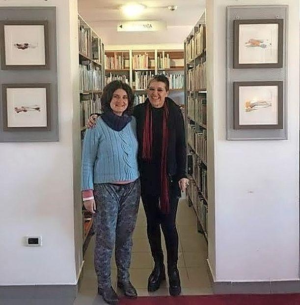 Ina Stergar (desno) na fotografiji s knjižničarko Patricijo  Dodič.