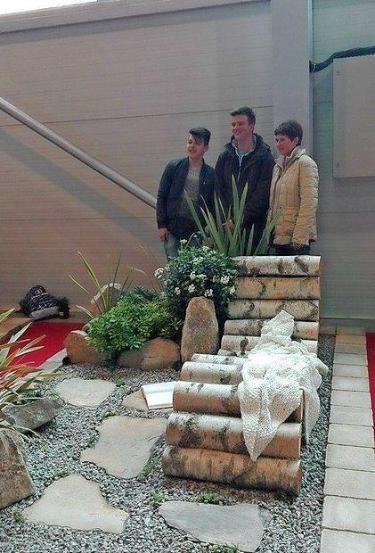 Marko Jazbec (levo) skupaj z mentorico in prijateljem Luko  Mavričem ob svojem sanjskem vrtu, s katerim je zmagal na  celjskem sejmu Flora.