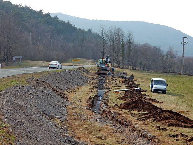 Nov povezovali vodovod pod cesto bo Žirjam zagotovil boljšo oskrbo z vodo.