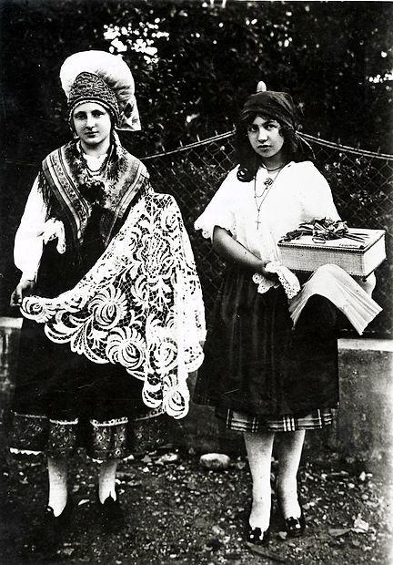 Prt, ki ga je italijanska kraljica prejela leta 1922, ni ohranjen.  Na podlagi te fotografije pa so narisali vzorec. Skoraj sto let  kasneje ga bodo v Štanjelu obudili.