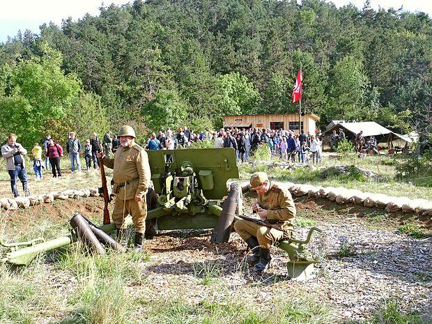 Veliko zanimanja obiskovalcev so poželi vojaški tabori:  nemški, ameriški, ruski in partizanski.